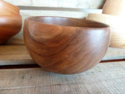 Fabriqué en Savoie (Rhônes-Alpes), dans mon atelier de tournage sur bois, ce bol en noyer vous séduira par son bois très noir (le noyer des Alpes est souvent très foncé)