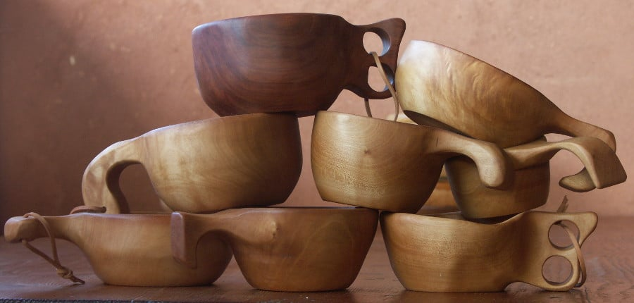 La kuksa est une tasse artisanale originaire de Laponie, que les samis confectionnent traditionnellement en loupe de bouleau et portent accrochée à la ceinture. Je me suis inspiré de cet objet ancestral pour proposer des kuksa en érable, frêne et pommier, avec une contenance un peu plus grande que les modèles d'origine.