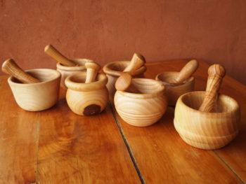 Mortiers en bois de frêne et leurs pilons en bois de frêne-olivier