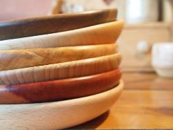 Assiettes et écuelles en bois