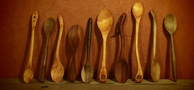 Les cuillères en bois, un ustensile de cuisine super polyvalent: les cuillères en bois ne sont jamais brûlantes, n'interragissent pas chimiquement avec les aliments, ne rayent pas. Idéales quel que soit le plat à mélanger et ce dans n'importe quel récipient, la cuillère en bois est indémodable et essentielle!