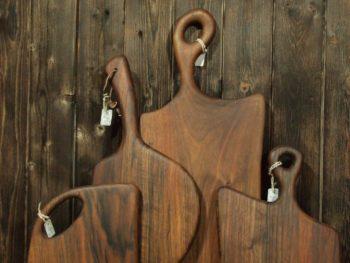 La planche à découper en bois est un des ustensiles de cuisine essentiels pour utiliser vos couteaux de cuisine ! Je vous propose une gamme très variée de planches à découper en bois, dans différentes essences: noyer, érable, hêtre, frêne, pommier, poirier... Vous trouverez des modèles traditionnels et pratiques, comme les grandes planches en bois, ou des modèles de planches à découper en bois tout en longueur, parfaites pour la découpe du pain, ainsi que de petites planches pour tous usages