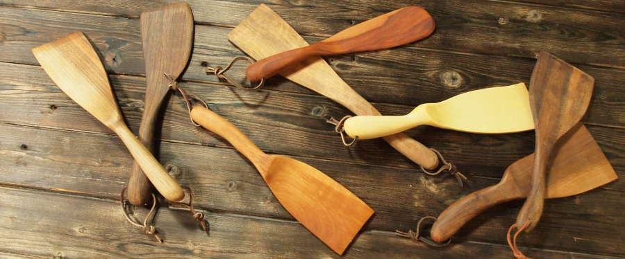 Cette spatule en bois sera parfaite pour la cuisine et le service. Une spatule en bois, ça ne fond pas, c'est hygiénique, et et plus mes spatules en bois ne sont pas les plus vilaines!